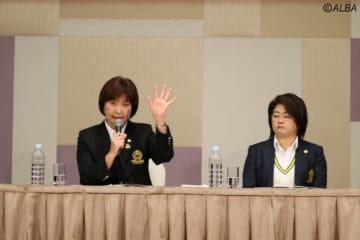 放映権問題に対して答える小林浩美LPGA会長(左)(撮影:ALBA)