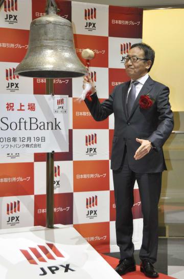 東証1部に上場し、セレモニーで鐘を鳴らすソフトバンクの宮内謙社長=19日午前、日本橋兜町の東京証券取引所