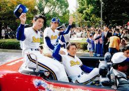 震災の年に優勝したオリックスのパレード。ファンに手を振る仰木彬(左から3人目)、イチロー(左端)ら=1995年11月5日、神戸市中央区