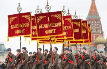 モスクワの赤の広場で行われた軍事パレードの再現イベント=2017年11月7日(タス=共同)