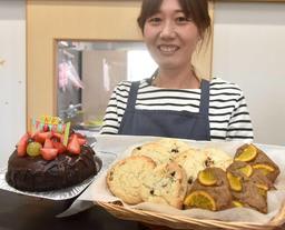 オーダーメードの誕生日ケーキや焼き菓子を販売する「Miel焼菓子工房」の東美津子さん=姫路市飾磨区加茂