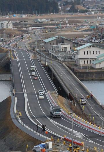 通行が可能となった新しい気仙大橋(左)と仮設橋