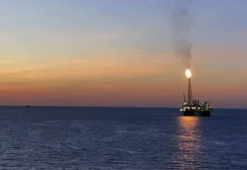 「イクシスLNGプロジェクト」の沖合生産・処理施設=7月、オーストラリア北西部沖(国際石油開発帝石提供・共同)