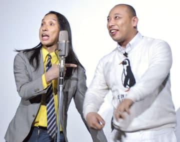 漫才を披露する「トム・ブラウン」の布川ひろき(左)、みちお=東京都内