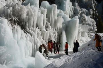 自然の芸術「氷瀑」、観光客を魅了