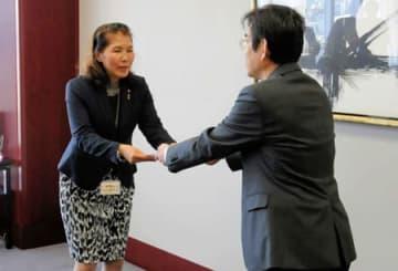 認定証を受け取るワコールアイネクストの葛西社長(左)=京都市南区・ワコール本社