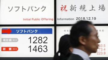 公開価格の1500円を下回る1282円となったソフトバンクの株価終値を示すボード=19日午後、東京都中央区
