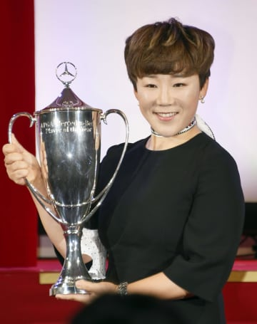 メルセデス最優秀選手賞に輝き、笑顔を見せる申ジエ=19日午後、東京都内のホテル
