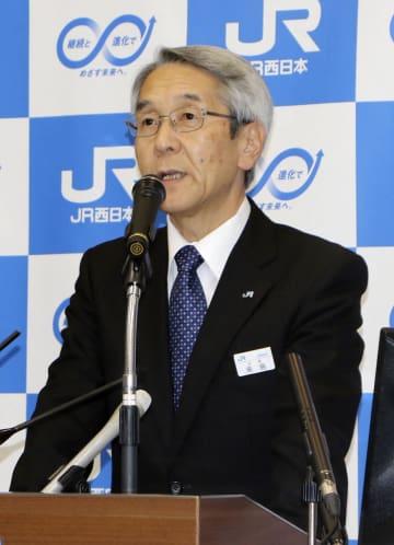 記者会見するJR西日本の来島達夫社長=19日午後、大阪市