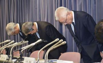 記者会見で謝罪するKYBの中島康輔社長(右)ら=19日午後、東京都千代田区