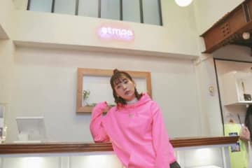 atmos pink原宿店でコラボアイテムの発売記念イベントを開催した高槻かなこさん