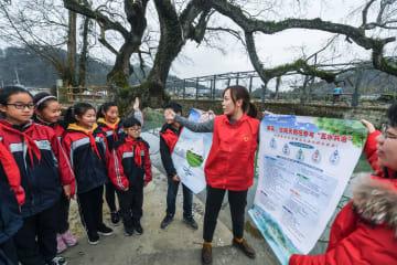 川辺で環境保護の課外授業 若者と小学生が共に河川を清掃