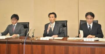 調査報告書の内容について説明する第三者委員会の松坂会長(中央)ら=茅ケ崎市役所分庁舎