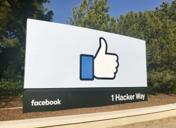 フェイスブック本社の看板=3月、米カリフォルニア州メンロパーク(共同)