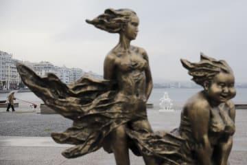ギリシャの海岸に中国人彫刻家許鴻飛の作品が出現