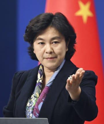 記者会見する中国外務省の華春瑩副報道局長=19日、北京(共同)