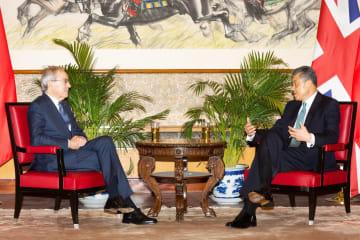 中国駐英大使、ノーベル経済学賞受賞者に初の生体認証ビザ交付
