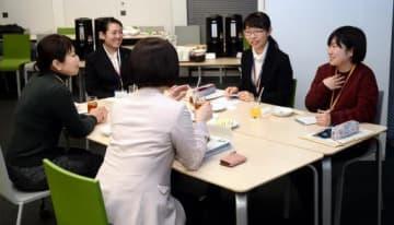 企業の担当者(手前)に質問する大学生