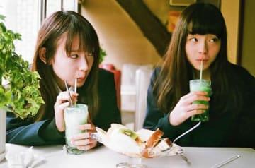 「少女邂逅」の一場面。高崎市の喫茶コンパルで撮影された(シネマテークたかさき提供)