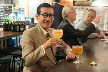 ご当地カクテル「横須賀ブラジャー」を味わう岩井さん=横須賀市若松町
