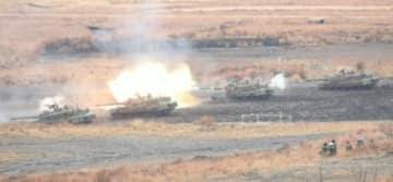 砲撃訓練をする戦車=12日、陸上自衛隊日出生台演習場