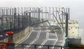 台風21号の強風に流され、関西空港連絡橋に衝突したタンカー(右)=9月(西日本高速道路提供)