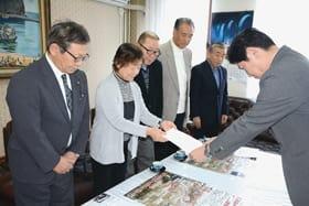 青山市長に要望書を手渡す上西会長(左から2人目)