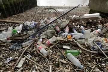 ロンドンのテムズ川岸に打ち上げられたペットボトルなどのプラスチックごみ=2月(AP=共同)