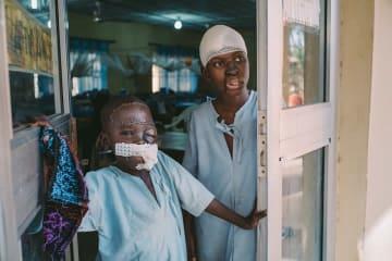再建手術を受けたウマル君(左)と、15歳のアダムさん。ナイジェリア・ソトコ州の水がん病院で © Claire Jeantet - Fabrice Caterini/INEDIZ