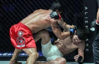 TKO負けでタイトルを奪われた青木(右)がフォラヤン(左)に王座奪回を懸けて挑む