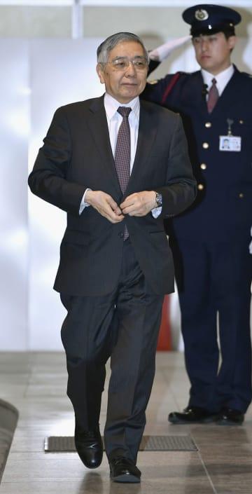 金融政策決定会合に出席するため、日銀本店に入る黒田総裁=20日午前