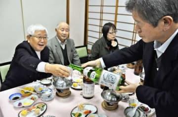 松之山の酒米と水で造られた「越の露」を味わう参加者=18日、十日町市松之山天水越の旅館