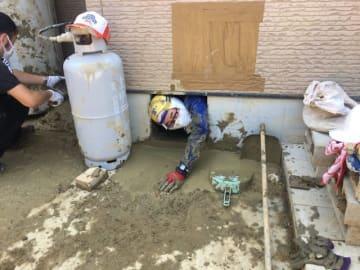 宇和島市吉田町で床下の泥出しボランティアをするスタッフ