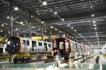 中国中車の米工場で初の地下鉄車両がラインオフ