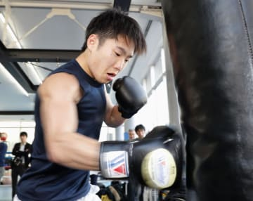 練習を公開したWBCライトフライ級王者の拳四朗=東京都練馬区の三迫ジム