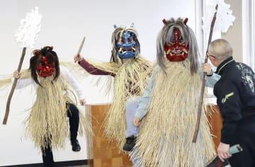 大みそかの本番に向けた講習会で、ナマハゲの面を着けて練習する参加者=20日午後、秋田県男鹿市