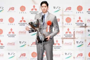 日本プロスポーツ大賞を受賞し、トロフィーを受け取ったエンゼルス・大谷翔平【写真:荒川祐史】