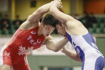 男子フリー92キロ級 山中良一(右)を下し優勝した松本篤史=駒沢体育館