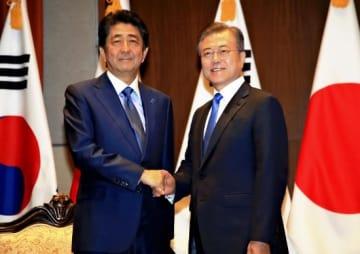 安倍晋三首相(左)と韓国の文在寅大統領(右)(写真:読売新聞/アフロ)