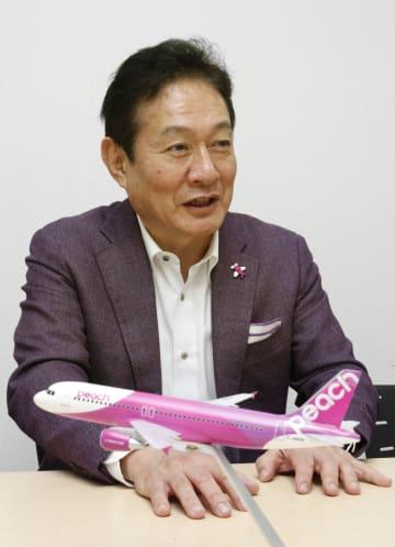 インタビューに応じるピーチ・アビエーションの井上慎一最高経営責任者