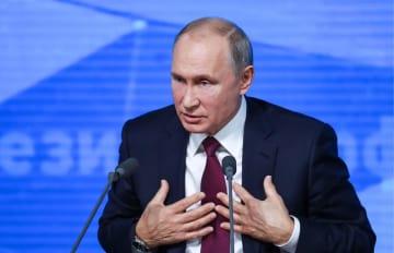 20日、モスクワで記者会見するロシアのプーチン大統領(タス=共同)