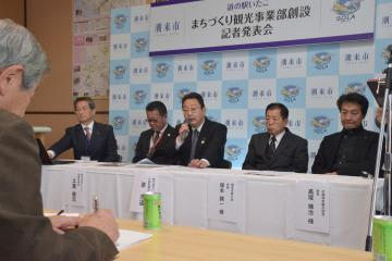 まちづくり観光事業部の創設などを発表する潮来市の原浩道市長(右から3人目)=道の駅いたこ