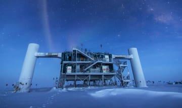 南極の氷床に設置された、実験「アイスキューブ」の地上施設(研究チーム提供)