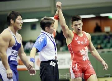 男子フリースタイル92キロ級 山中良一(左)を破り優勝した松本篤史=駒沢体育館