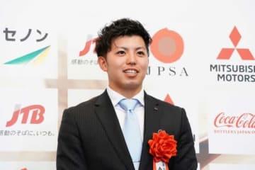 「2018年日本プロスポーツ大賞」の最高新人賞を受賞したDeNA・東克樹【写真:荒川祐史】
