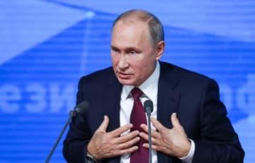 モスクワで記者会見するロシアのプーチン大統領(タス=共同)