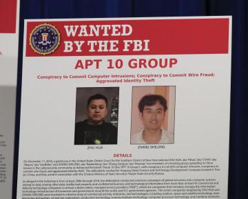 記者会見で公開された中国人ハッカー2人の写真入りポスター=20日、米ワシントン(AP=共同)