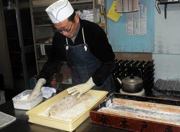 とち餅の製造に励む金田幸夫さん=飛騨市神岡町船津、金木戸屋