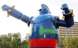 ガッツポーズの姿で立つ鉄人28号。両手首には4個ずつあるアンテナ=若松公園