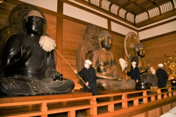 仏像のほこりを払い新年を迎える準備を進める僧侶ら=20日、平泉町・中尊寺